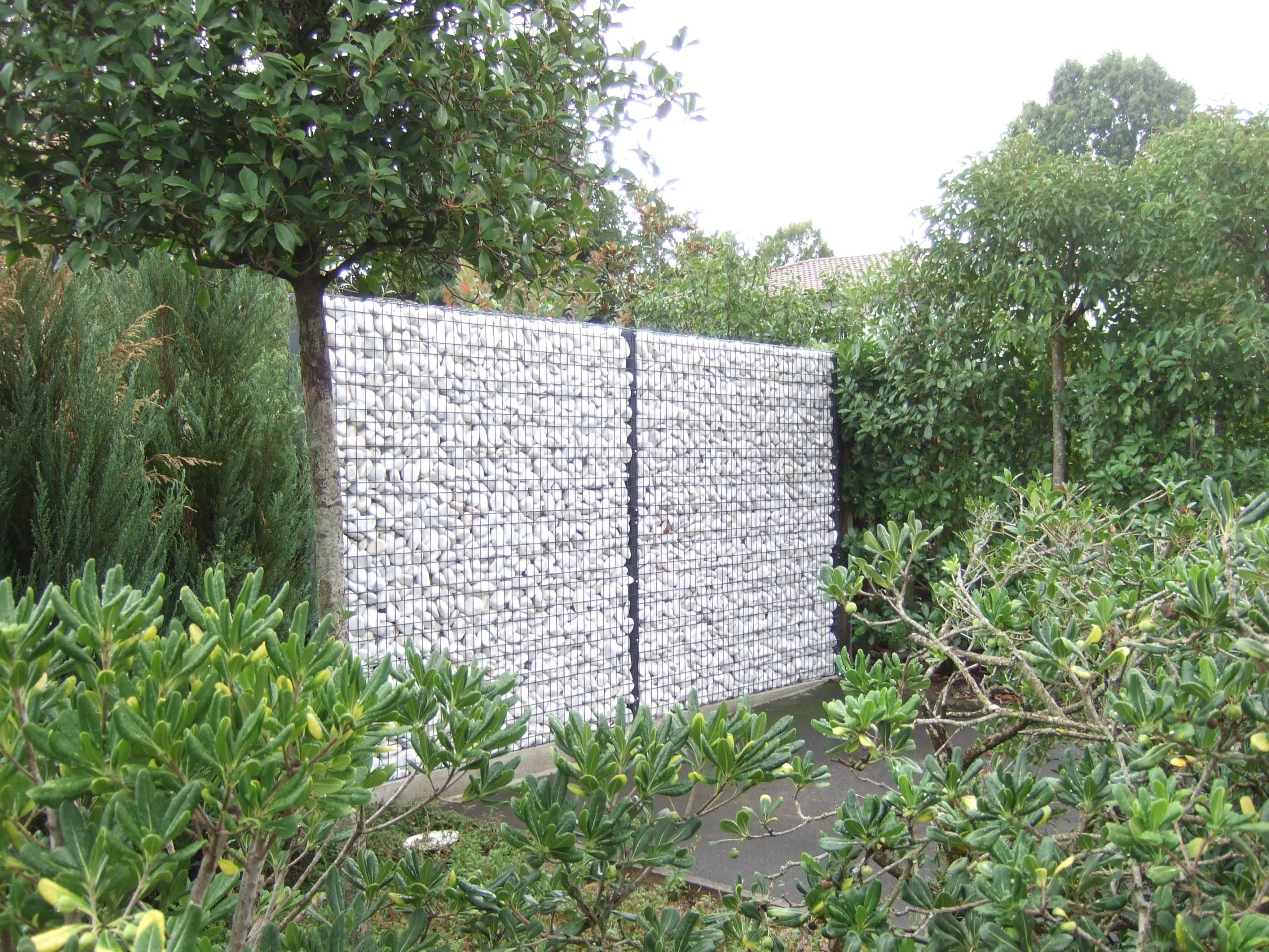 Amenagement Exterieur Galet Blanc réaliser un muret avec des galets de marbre insérés dans un